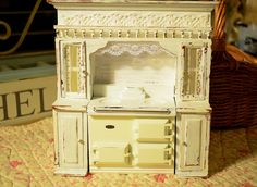 How to Decorate a Dollhouse. Decorating a dollhouse is a fun activity that lets you fashion your dream home on a miniature scale. Tiny Furniture, Miniature Furniture, Dollhouse Furniture, Cardboard Furniture, Barbie Furniture, Girls Dollhouse, Dollhouse Dolls, Dollhouse Miniatures, Miniature Crafts
