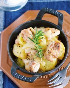 """相性抜群の""""鶏もも肉""""×""""じゃがいも""""を使った とろ〜りチーズ焼き。 作り方は、とっても簡単で 鶏肉とじゃがいもをフライパンで焼き あとはチーズを散らして蒸し焼きにするだけ。 出来上がったら、そのまま食卓に出せるので 調理からサーブまで、フライパン一つで完成しますよ♪ しかも、じゃがいもは レンチンすることで時短に♪"""