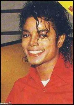 """""""Tente sorrir, mesmo quando você está se sentindo em baixo. Na verdade, experimente.""""   --- Michael Jackson"""