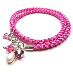 Armbånd (eller halskjede) i flettet satengsnor med o-ringer, endestykker/ lås i sterling sølv, 2x6 mm Swarovskikrystaller og perle ved låsen. Lengd...