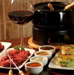 Bateu um friozinho? Então veja como preparar um delicioso fondue de carne com batata rostie.