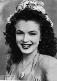 Marilyn when she was still Norma Jeane Baker :) She's so gorgeous!! Surprisingly, this is her natural hair color.