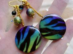 Zur Kleidung in allen Farben aber vor allem sind diese Ohrriinge wunderschön zu türkis, grün pink, lila und schwarz ...   Durch den edlen Schimmer in
