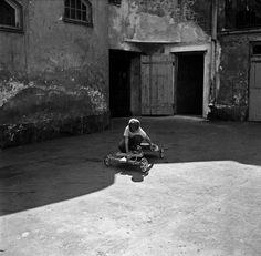 Pikkupoika leikkii mäkiautolla kotipihalla, Pengerkatu 9. -...