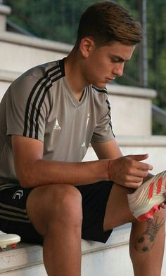 Soccer Poses, Soccer Guys, Football Boys, Football Players, Juventus Players, Juventus Fc, Cr7 Junior, Football Pictures, Men In Uniform