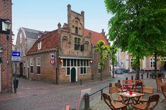 """Mandaatshuisje, thans cafe """"Onder de Linden"""" in Amersfoort. omstreeks 1530 daterend. Na de brand Kanunnikenhuis. Laatgotische trapgevel met overhoekse pinakels"""
