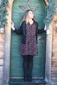 6ce29bcea18 La Robe Emmanuelle teintes bordeaux imprimée fleurs et sa veste noire  liseré doré Satine