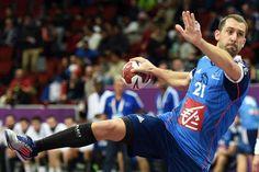 Michael Guigou marque un but contre l'équipe d'Islande au championnat du monde de handball à Doha, le 20 janvier 2015.