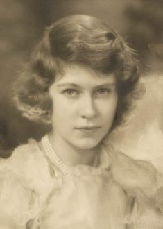 PRINCESS ELIZABETH (Queen Elizabeth II) ~ February When King George V celebrated his Silver Jubilee in he gave each of his granddaughters a pearl necklace. Hm The Queen, Her Majesty The Queen, King Queen, Prinz Philip, Prinz William, Young Queen Elizabeth, Elizabeth Second, English Royal Family, Princess Margaret