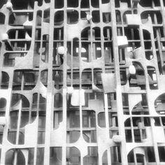 Detalle de la fachada, Edificio de Nacional Financiera, calle Isabel la Católica, en la esquina de la República de Uruguay, Centro Histórico, Cuauhtémoc, Ciuadad de México 1964  'Celosía' de Herbert Hofmann-Ysenbourg  Arq. Ramón Marcos Noriega  Foto. Ernesto Corona -   Detail of the facade,Nacional Financiera Building, Centro Historico, Mexico City 1964  'Screen' Herbert Hofmann-Ysenbourg