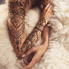 tatouage non permanent, art corporel pour femme, tatouage au henné noir sur épaule et bras