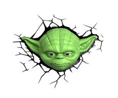 Lampara de pared 3D con la cabeza de yoda dando el efecto de estar incrustada en la pared, te servirá para iluminar el camino de la fuerza en tu interior. Por las noches cuando se ilumine, se trasladará a al planeta Dagoba para seguir sus entrenamientos y sin duda un gran jedi podras ser.