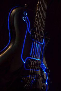 Cybertech T-Ron, la chitarra elettrica ispirata al tema di Tron