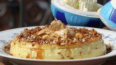 Brødrene Price lager karamellpuddingen i randform og kaller den karamellrand. Den serveres med karamellkrem, karamellsaus og størknet karamell på toppen.