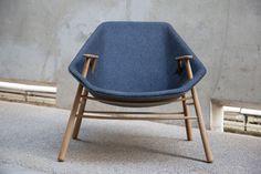 ANDREW LE FAUTEUIL ENVELOPPANT PAR LE STUDIO BLACK NAVY #Design #furniture @mundodascasas