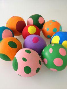 Voor Lola's verjaardag (een hele tijd geleden alweer) maakte ik een ballengooispel. Dolle pret heel de middag, je hebt geen kind aan ze! En ...