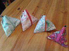 Ils sont enfin là, des portes clés pour vos sacs à main... de toutes les tailles et de toutes les couleurs.Tissus Eurodif, Les tissus d'Ursule. Tuto Aiguille à l'ouest (http://aiguillealouest.canalblog.com)