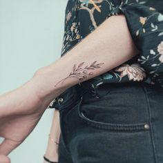 108 Gorgeous Floral Arm Tattoos Design Make You Elegance – Tattoo Center Mini Tattoos, Dainty Tattoos, Tattoos Skull, Wrist Tattoos, Cute Tattoos, Unique Tattoos, Beautiful Tattoos, Body Art Tattoos, Small Tattoos