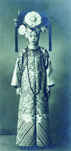 The last Empress of China. Empress Wan Jung also known as Empress Wan Rong, Empress Xiao Ke Min and Empress Elizabeth, was the last Empress of China. Culture Art, Chinese Culture, Chinese Style, Chinese Art, Chinese Opera, Chinese Painting, Vintage Photographs, Vintage Photos, Japan Kultur