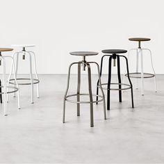 Giro er en højdejusterbar skammel / taburet. Foden er i sandblæst rustfrit stål eller pulverlakeret. Fodhvile i rustfrit stål. #kantinemøbler #kantine #kantineindretning #design #kontormøbler #møbler #til #erhverv #virksomhed #kontor #kantinestole #stole