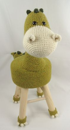 Risultati immagini per cavalo banqueta amigurumi Crochet Home, Cute Crochet, Crochet For Kids, Crochet Crafts, Crochet Yarn, Crochet Projects, Baby Diy Projects, Crochet Dinosaur, Crochet Cushions