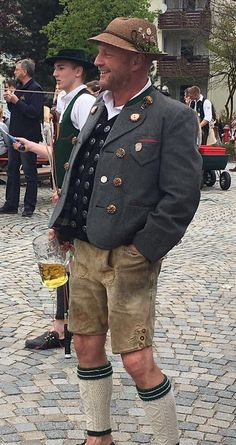 This guy is doing it right - Lederhosen - Traditional Fashion, Traditional Outfits, German Lederhosen, German Costume, Oktoberfest Costume, German Men, German Outfit, Folk Costume, Cute Guys