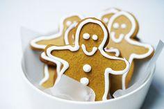 Gingerbread men Edible Christmas Gifts, Xmas Food, Christmas Cooking, Christmas Desserts, Christmas Recipes, Christmas Cakes, Christmas Treats, Christmas 2019, Yummy Treats