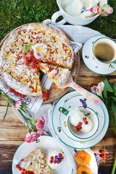 Viele leckere Rezeptideen findet ihr auf gmundner.at Handgefertigtes Geschirr seit 1492 Keramik Design, Cupcakes, Muffins, Picnic, Table Decorations, Pie, Sweet Desserts, The Fruit, Dishes