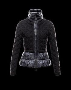 MONCLER BEVER  Faites confiance à Moncler pour vous permettre d'affronter le froid avec style. Chic et si réconfortante, cette veste doudoune brillante saura être la note trendy de votre hiver et se portera aussi bien à la ville qu'à la montagne.  €289, Jusqu'à -71%  Acheter maintenant: http://www.monclerfr.com/doudoune-noire-femme.html