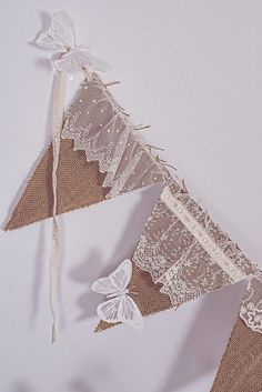 banniére avec la toile de lin - Pennant banner with lovelylace addition. Burlap Projects, Burlap Crafts, Diy And Crafts, Sewing Projects, Arts And Crafts, Paper Crafts, Decoration Vitrine, Bunting Garland, Garlands
