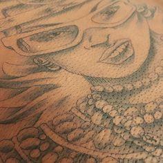 neckpiece detail    now booking Jan-March visit ipukekawaii.tattoo  _______________________________________________________  #backpiecetattoo #blackandgreytattoo #blackfemaletattooartist #blacktattooartist #customtattoo #darkskinbodyart #dctattooartist #ebonyink #femaletattooartist #finelinetattoo #finelinetattoos #girlswhotattoo #illustration #illustrativetattoo #inkart #ipukekawaiitattoo #egyptiantattoo #nefertiti #rudegal #kawaiitattooartist #repost #melanindippedinink #入れ墨 #タトゥー #彫り師…