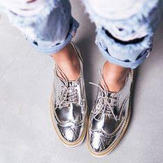 Wir LIEBEN Metallic-Schuhe. Wie könnten wir auch nicht? In Silber passen sie besonders gut zu leichten weißen Sommerklamotten und geben jedem Outfit das gewisse Etwas. Sneakers / Schuhe / Schnürschuhe #metallicshoes #shoesfashion #shoestrend   Stylefeed
