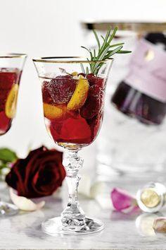 So wird der Gin Tonic mit feinen Scheiben der Kumquat und frischen Himbeeren serviert. Das Glas mit Gin und Tonic aufgießen, das Elixier für die süße, verführerische Note hinzufügen und mit einem Rosmarinzweig verfeinern. #spritz #cocktailrezept #cocktail #rezept #gintonic #gin #kirschlikör Tonic Water, Gin Und Tonic, Alcoholic Drinks, Cocktails, Note, Cherries, Raspberries, Glass, Craft Cocktails