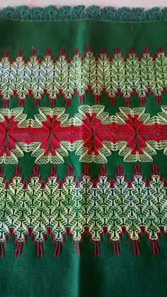 Red and green Swedish Embroidery, Towel Embroidery, Hand Embroidery Designs, Ribbon Embroidery, Embroidery Stitches, Embroidery Patterns, Sewing Art, Sewing Crafts, Huck Towels