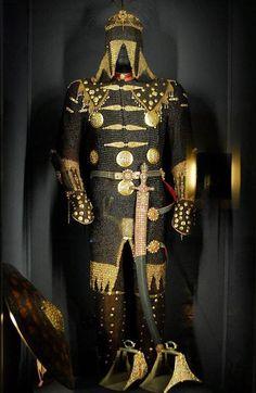 Foto del Giovedi (38) L'armatura ricoperta d'oro e pietre preziose appartenuta…