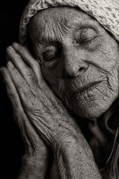 É uma benção ter a consciência de nossas idades. Das marcas do tempo, da serenidade, da visão maior do que nos rodeia, do olhar que enxerga, enquanto a maioria apenas vê. Mulher !