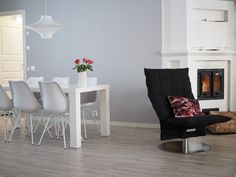 UPEAA UNIIKKIA TAIDETTA Accent Chairs, Interiors, Furniture, Home Decor, Atelier, Upholstered Chairs, Decoration Home, Room Decor, Home Furnishings