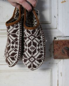 Knitting slippers pattern toe 51 ideas for 2019 Crochet Mittens, Mittens Pattern, Knitted Slippers, Crochet Beanie, Knitted Hats, Ravelry Crochet, Loom Knitting, Knitting Stitches, Knitting Socks