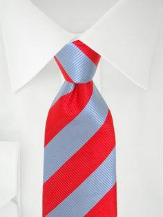 Cravate bleu clair à bandes rouges à 7 plis