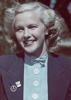 Fotograf Gunnar Lundh omk. 1938-41  På kavajslaget bär hon bl a ett märke för Folklandskampen Sverige-Finland 1941.