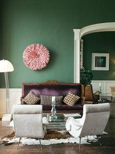 Attraktives Wohnzimmer Grüne Wandfarbe Weiße Sessel Lilas Sofa