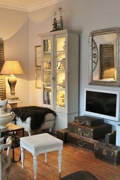 Fashionable home accents: the Louis Vuitton trunk — The Decorista Louis Vuitton Trunk, Louis Vuitton Handbags, Domaine Home, Collection Louis Vuitton, Home Entertainment, Interior Inspiration, Interior Ideas, Cottage Style, Decoration