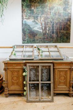 Sitzplan für Hochzeit - alte Fensterscheiben selber beschriften als Sitzplan und Tischplan #sitzplan #tischplan #hochzeit #hochzeitsplan #sitzordnung #sitzplanung #fenster #vintage #selberbasteln #selbermachen #diy #diyhochzeit Mediterrane Greenery Hochzeit mit VW Bulli | Hochzeitsblog The Little Wedding Corner