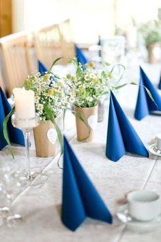 Gänseblümchen, Schleierkraut und ein paar weitere Blumen in eine Vase stellen, die mit Kraftpapier umwickelt ist. Auf der Vase ein Papierherz aufgeklebt, auf dem ein kleiner Spruch steht. So hat Astrid die #Tischdeko für ihre Hochzeit ganz individuell selber gemacht. Foto: http://frauherz.de