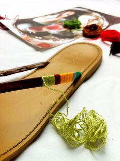 How to make your own colorful sandals! How to make your own colorful sandals! Flip Flops Diy, Flip Flop Craft, A Well Traveled Woman, Diy Sac, Diy Accessories, Diy Clothing, Refashion, Diy Fashion, Bohemian Fashion