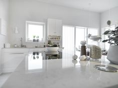 Silestone Lagoon passer like bra til ett klassisk kjøkken, som til et mer moderne og minimalistisk ett. #interiør #interiordesign #interiores #kjøkken #kitchen #kitchendesign #bespoke #silestone Silestone Lagoon, Double Vanity, Kitchens, Bathroom, Home Decor, Interiors, Natural Stones, Kitchen, Bathrooms