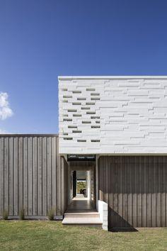 Tuatua House / Julian Guthrie
