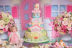 Pora comemorar o aniversário de 1 ano da Lorena, a Perylampo produziu a festa com o tema Casa das Bonecas. Para isso, trouxe um jardim de flores em tons de rosa e azul claro além de muito verde, para dentro do salão. A decoração ficou linda e suave, com bicicletas cheias de flores e centros …