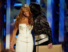 Beyoncé and Michael Jackson sharing kisses as she presents him with a humanitarian award at the 2004 VMAs Mike Jackson, Michael Jackson Bad, Paris Jackson, Michael Jackson Fotos, Jackson Family, Beyonce World, Beyonce Style, Black Actors, Destiny's Child