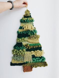 Green Woven Christmas tree – Gardening for beginners and gardening ideas tips kids Weaving Wall Hanging, Weaving Art, Tapestry Weaving, Loom Weaving, Wall Hangings, Holiday Crafts, Christmas Crafts, Christmas Tree, Weaving Projects